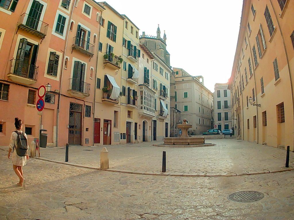 Camino a la playa pasando por la Plaça de Sant Jeroni